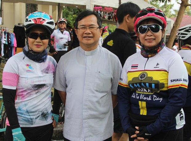 Vater Michael begrüßte alle Teilnehmer unter ihnen auch Frau Noi vom Pattaya Sports Club, einem der Hauptsponsoren.