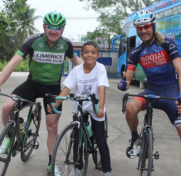 Adrian und Alan, zwei der wenigen teilnehmenden Ausländer mit einem der Jungen der Stiftung, die von diesem Rennen profitieren. Adrian (rechts) wurde übrigens Erster.