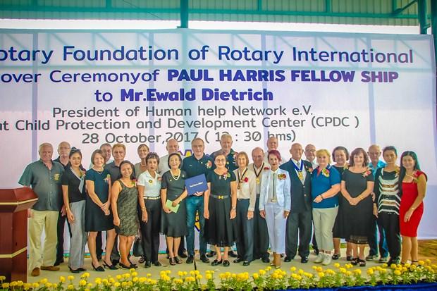 Gemeinschaftsfoto von Rotariern nach der Verleihung der Medaille an Ewald Dietrich.