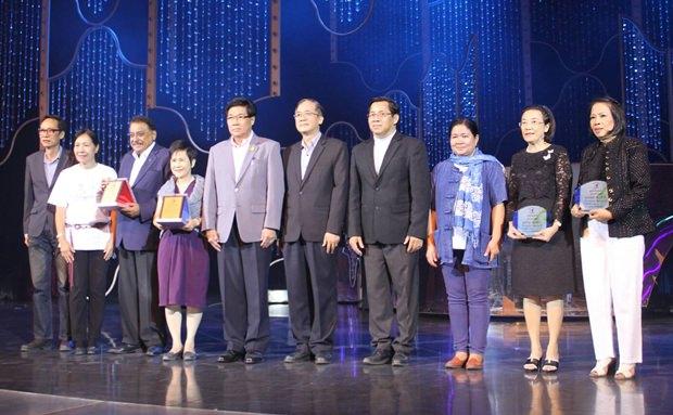 Vize-Gouverneur Chaichan Eiemcharoen, vergibt die Zertifikate.