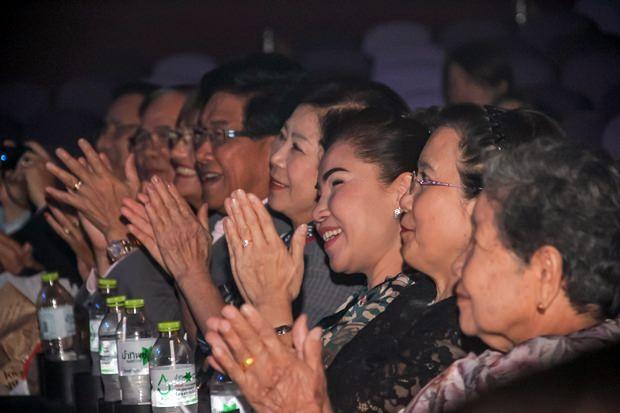 Die Zuschauer applaudieren viel und machen begeistert mit.