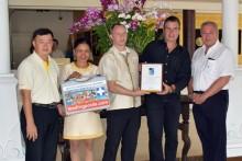 Dr. Josef Konrad (2. von rechts) übergibt das wertvolle Zertifikat an Thai Garden Resort Generalmanager Rene Pisters (1. von rechts) und Hotelmanager Danilo Becker (3. von rechts) (ganz links) Teerachon Kanadnid, Personalmanager/Chef Ingenieur. (2. von links) Sirirat Rattananugoon, Assten Verkaufsmanagerin.