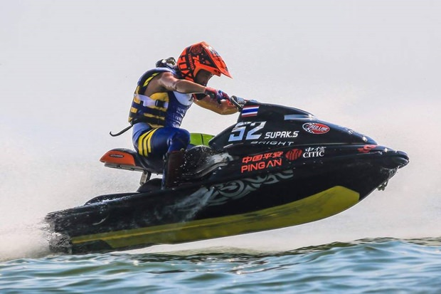 Supak Sretula der Sieger des Sport GP Titels erhält den Königspokal.