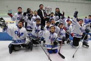 Wittaya Khunplume überreicht die Siegestrophäen an die Gewinner, die Bangkok Warriors.