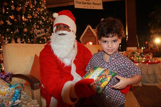 Der Weihnachtsmann bei der Bescherung der Kinder.