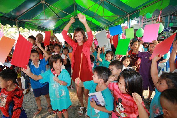Der Christian Club in der Soi Korpai Community veranstaltet Spiele.