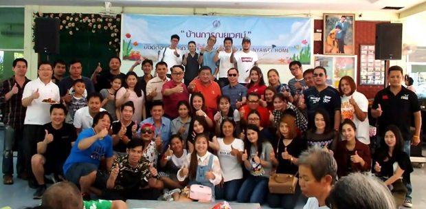 Ittiwat Wattanasartsathorn führt Mitglieder des Pattaya Friends 2011 Club an und verteilt Essen an die Bewohnerinnen des Karunyawet Behinderten-Heims.