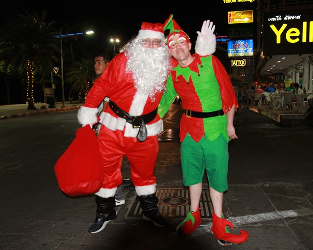 Santa und Peter Pan treiben sich in der Central Pattaya Road herum.