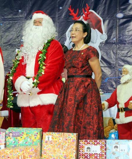 Der Weihnachtsmann und seine brave Helferin Radchada Chomjinda.