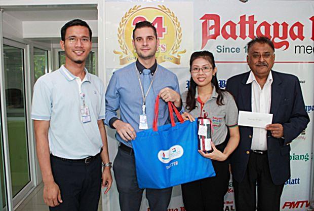 Auch das Bangkok Hospital Pattaya überbrachte Glückwünsche durch Marc Gloor und Metas Pukmahamad, beide von der Internationalen Marketing Abteilung. Peter Malhotra und seine Sekretärin Nutsara Duangsri bedankten such für die guten Wünsche.