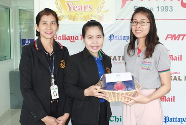 Nualchan Phuphasit, die amtierende Generalmanagerin und ihre Stellvertreterin Phimpa Sukkasem vom Diana Garden Resort wünschten der Belgschaft der Pattaya Mail Media Group alles Gute. Nutsara Duangsri nahm das Geschenk stellvertretend für alle an.