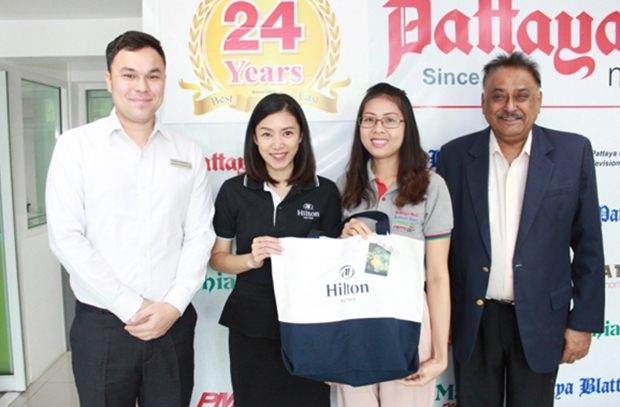 Hilton Repräsentanten Thanagon Poungbubpchart und Panisara Hiransri, von Marcom, wünschten Peter Malhotra und seiner Sekretärin, sowie dem gesamten anderen personal alles Gute zu Weihnachten und zum Neujahr.