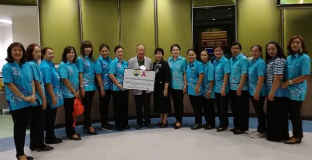 Naowarat Khakhay und einige ihrer Mitglieder übergeben Bürgermeister Dr. Mai Chaiyanit die Spende von 50.000 Baht für das neue Aids Patienten Heim.
