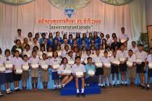 YWCA Präsidentin Praijit Jetapai mit einer Gruppe ihrer Mitglieder und Sopin Thappajug.