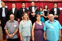 Die Darsteller im Hintergrund (ganz links Vater Michael) mit den Organisatoren im Vordergrund.