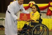 Vater Michael beglückwünscht eine junge Dame Ausbildung und bereit für die Arbeitswelt.