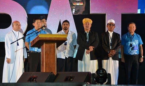 Priester verschiedener Glaubensrichtungen beteten am Bali Hai Pier für ein gutes Neues Jahr.
