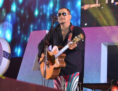 …und auch Piyawat Mickey Piampai, der viele seiner bekannten Schlager singt.