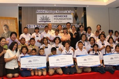 Generalmanager Somsak Thanruangsri vor einem Foto von William E. Heinecke, dem Gründer der Heinecke Foundation, sowie einigen der Stipendiaten.
