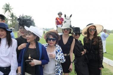 Elegante Damen stellen sich zum Foto vor der Prinzessin hoch zu Ross.