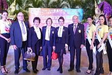 (Von links) Micky und Kate Taylor, Präsidentin Margret Deter, Maneeya Engelking, sowie Rotary Bezirk 3340 Assistensgouverneur Otmar Deter.