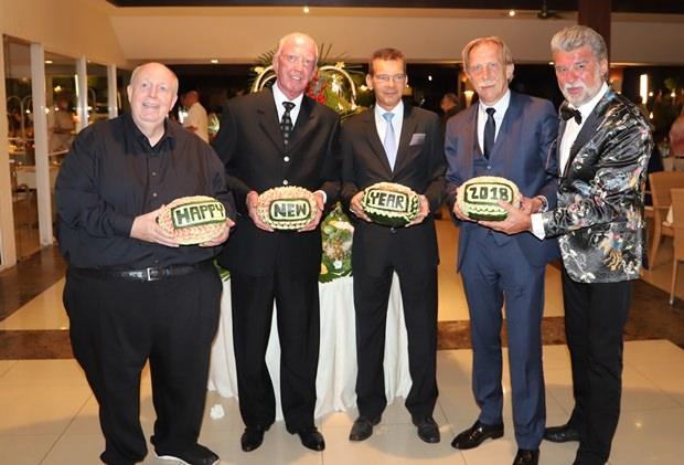 Im Thai Garden Resort wünschen (von links) Reiner Calmund, Gerrit Niehaus, Rudolf Hofer, Christian Daum und Christof R. Sage allen ein Happy New Year.