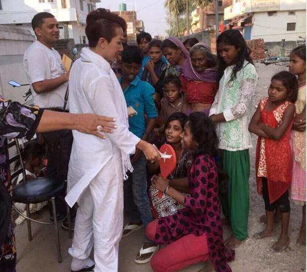 Die arme Bevölkerung Indiens freut sich über Almosen.