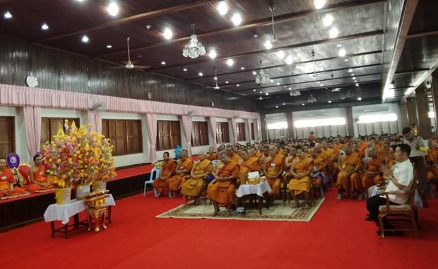 Bezirkschef Naris Niramaiwong und Phra Dech Phra Khun Phra Phomkavee bei der Tod Pha Pah Zeremonie.