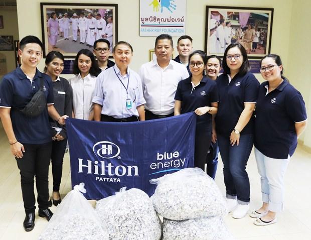 Hilton Angestellte übergeben dem Präsidenten der Father Ray Stiftung Vater Peter Pattarapong Sriworakul (Mitte links) die gesammelten Teile.