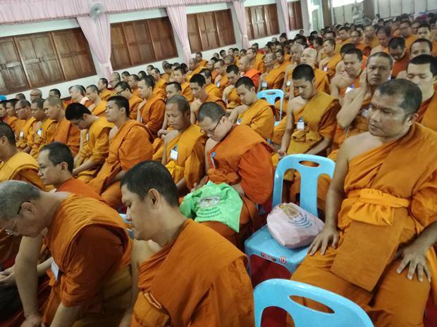 Mönche, Novizen und Studenten der Pali Klasse.