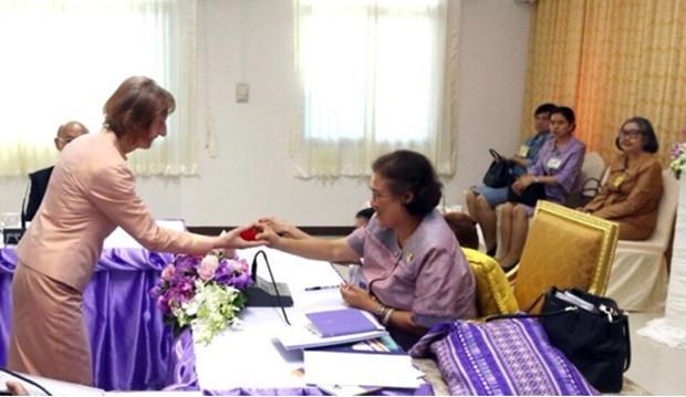 Dr. Margret Deter erhält die Auszeichung aus den Händen von IHK Prinzessin Sirindhorn.