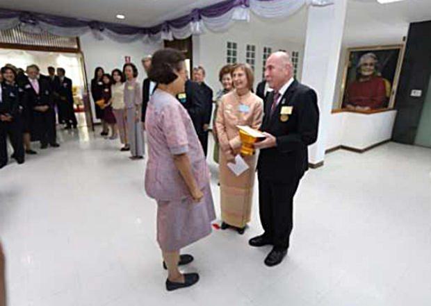 Das Ehepaar Deter im Gespräch mit IHK Prinzessin Sirindhorn.