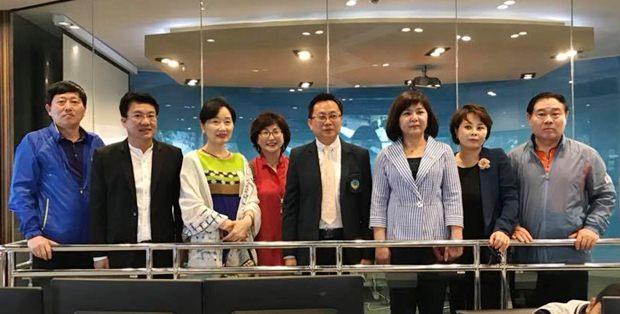 Sinchai Wattanasartsathorn und Teerasak Jatupong hießen ihre Kollegin Kim Eunsu und deren Begleiter herzlich willkommen.
