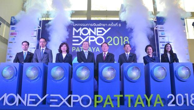 Thanit Viriyarangsarit, stellvertretender Vorsitzender der Money Expo, Sara Lamsam, Präsident der Thai Finanzvereinigung, Kesara Manchusri, geschäftsführende Direktorin der Börse Thailands, Santi Viriyarangsarit, Vorsitzender der Money Expo, Finanminister Wisudhi Srisuphan, Bürgermeister Anan Charoenchasri, Panga Vathanakul, geschäftsführende Direktorin der Royal Cliff Hotel Group, und Paknee Viriyarangsarit, Vizevorsitzende der Money Expo