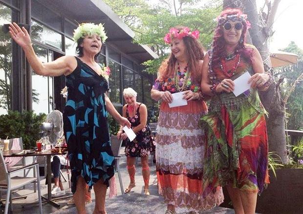 Präsidentin Andrea Weiß (links) übergibt den Preisträgerinnen Eva Schmidinger (rechts) und Elfi Seitz (Mitte) die Preise.