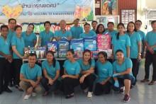 Somsak Tanrueangsri, der Generalmanager des AVANI Pattaya Resort & Spa mit seinen Angestellten.