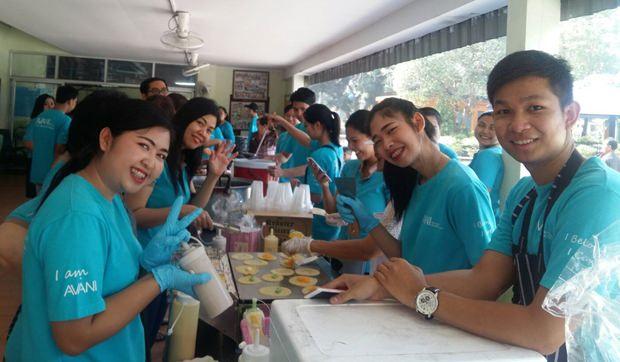 Die Angestellten des AVANI Pattaya bereiteten leckeren Thai-Pfannekuchen für die Bewohner als Nachspeise zu.