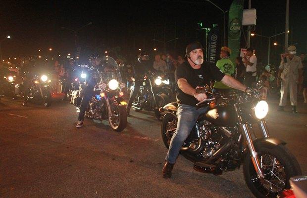 Immer mehr Motorradfahrer kommen.