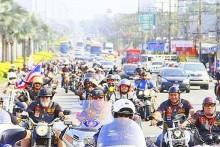 Die Ride for Peace Parade auf dem Weg ins Chaiyapruek Stadium.