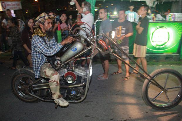 Dieses modifizierte Motorrad erregte viel Aufsehen.