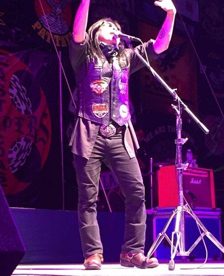 Der thailändische Sänger 'Majiuana' setzt die Bühne in Flammen.