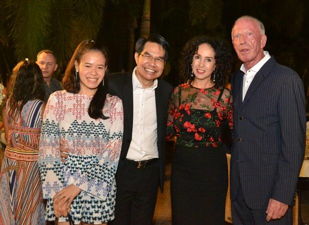 Anselma und Gerrit Niehaus begrüßen Daorit Thongnim und seine hübsche Verlobte.