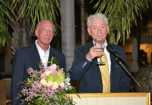 Jürgen Kopplin (rechts) erhebt das Glas auf Gerrit Niehaus.