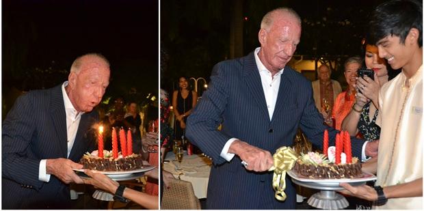 Gerrit Niehaus bläst erst die Kerzen aus und schneidet dann die Geburtstagstorte an.