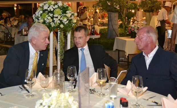 Gerrit Niehaus (rechts) unterhält sich mit (von links) Jürgen Koppelin und Rudolf Hofer.