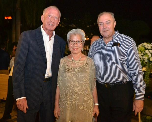 Gerrit Niehaus (links) mit zwei seiner bewährtesten Mitarbeiter: Hauptbuchhalterin Vilaiwan Chaichumporn und Generalmanager Rene Pisters.