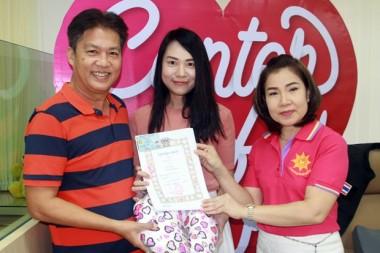 Amporn Deebua, Banglamung Sekretärin, nahm die standesamtlichen Trauungen vor.