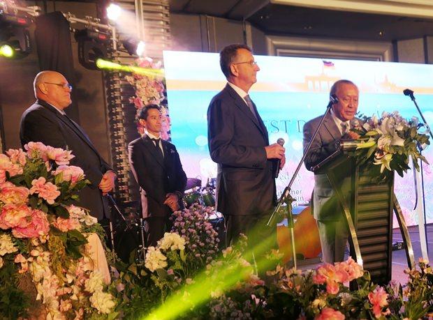 Botschafter Peter prügel und Präsident Dr. Chumpol Thiengtham bei ihren Eröffnungsreden. Links im Hintergrund steht Horst Wiezorrek der MC.