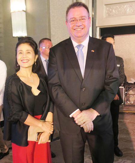 """Der """"Party Macher' Frank Boer und die Leiterin des Hilfsverein Büros in Bangkok, Sirirat Sukarapak."""