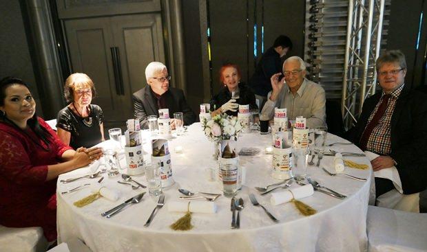 Noch ein Tisch mit Gästen aus PattayaL Doris Berger Peters (3. von rechts) und Peter Berger (2. von rechts).